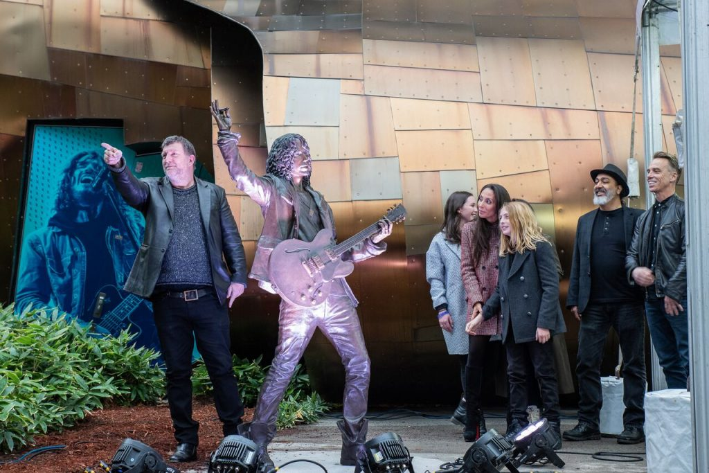 Resultado de imagen de Chris Cornell statue
